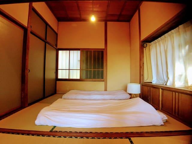 和室/room2:Guests can sleep up to two people in futon.