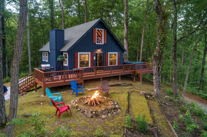Harper's Bearfoot Heaven -Stunning Mountain Home with Hot Tub. Bring Your Pet!