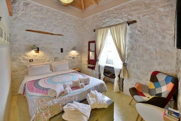 Comfortable Double Room in 1750mansion Hydra Port