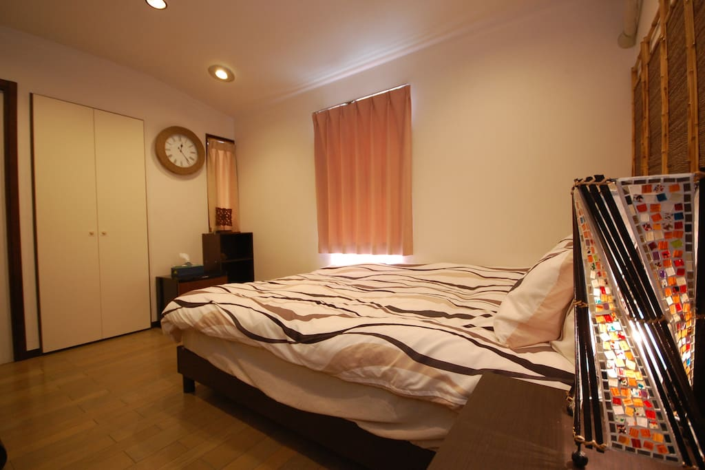 Bedroom with one double-sized beds (private room)