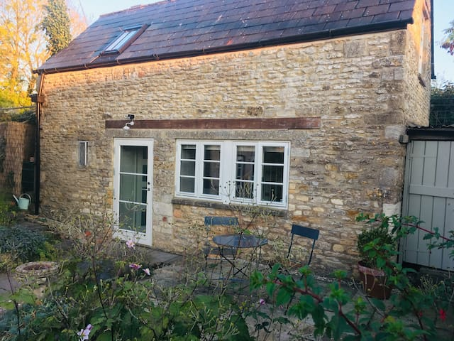Tranquil Cotswold Wash House Cottage