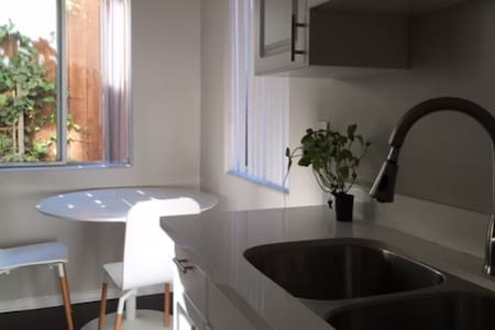 NEW! West Hollywood cheapest/sunny and cool option - Los Angeles - Apartment