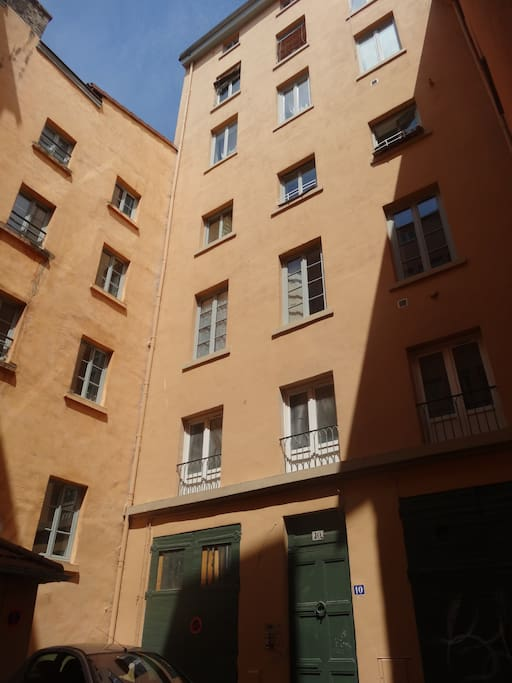 Appartement situé dans immeuble de caractère.