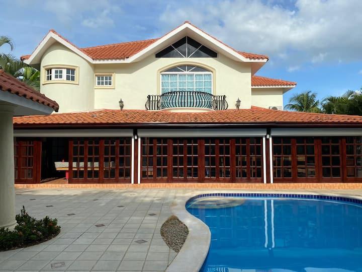 12p Metro Country 4BDR Villa Pool/BBQ/WIFI/Billar