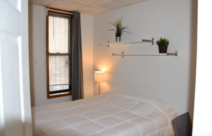 Comfortable 1 Bedroom Gem in Chinatown/Lil Italy!!