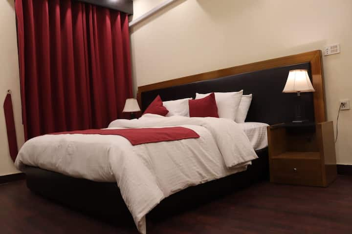 SAFA HOTEL- Emporium Mall- Expo center. 1 room