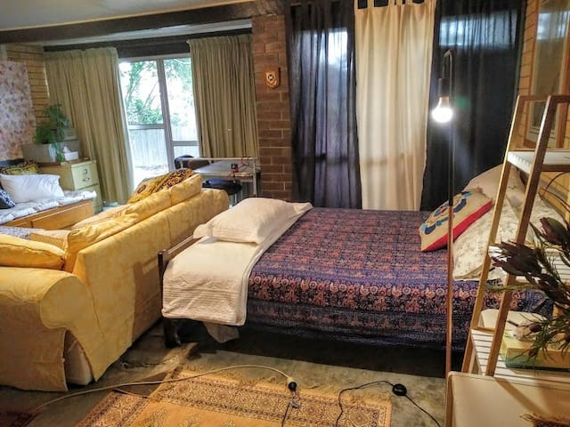 Cool and spacious room near Lone Pine. - Fig Tree Pocket - House