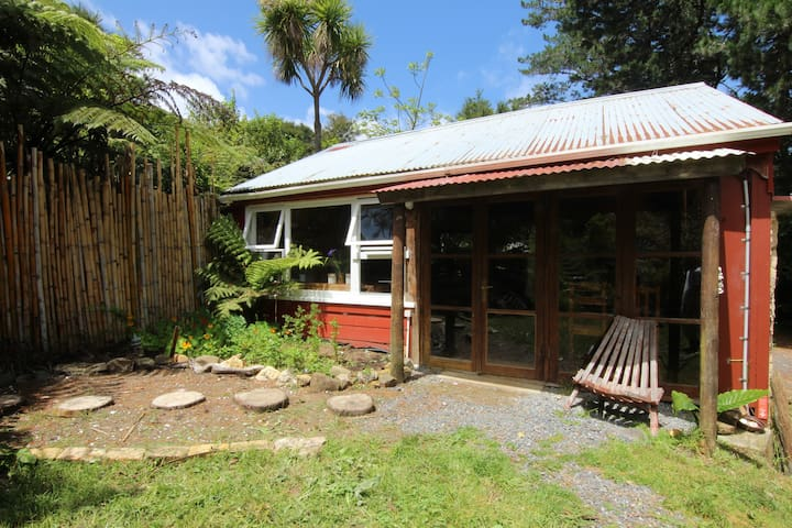 Pine House in secluded bush retreat - Coromandel - Stuga