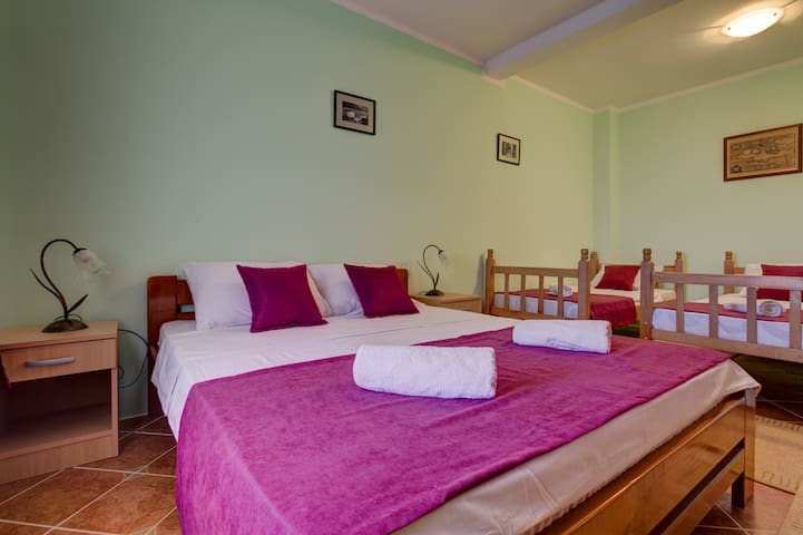 The lower floor bedroom is quadruple: there is a king-size bed with 2 single beds.