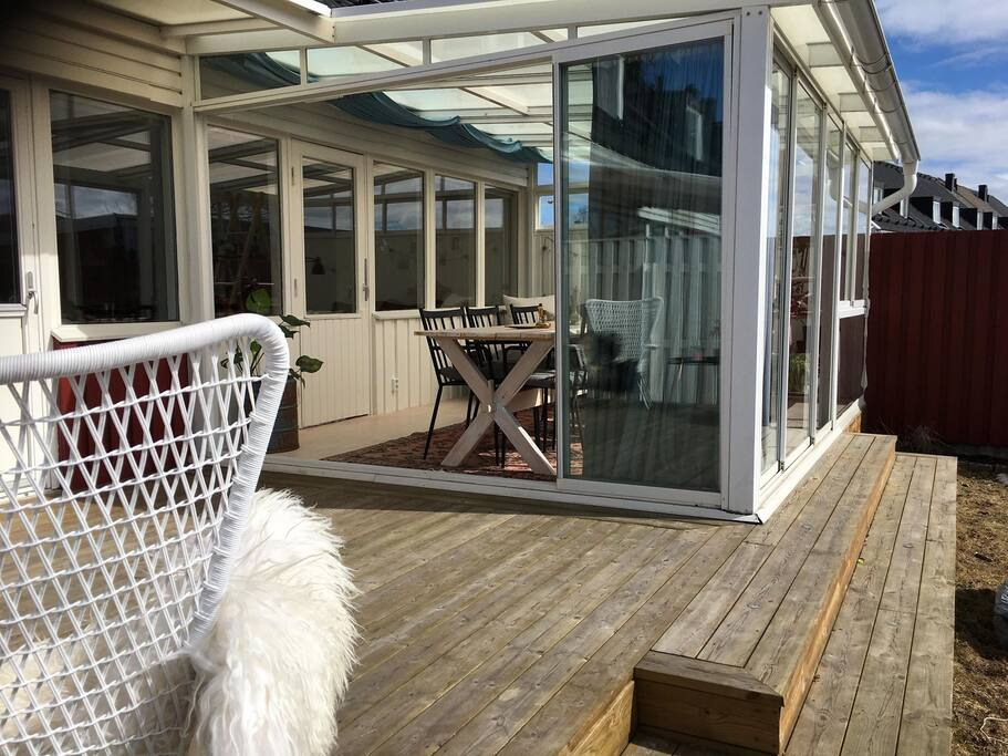 Altan i anslutning till den inglasade verandan. Här ute finns en grill, två sköna fåtöljer och söderläge där det är varmt och gott att sitta när solen ligger på.