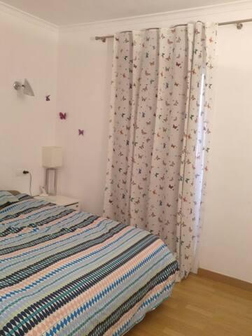 Habitació de matrimoni i més, amb bany privat.