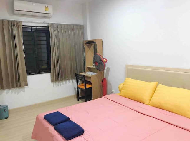 Room A in townhome (share bath&aircon)