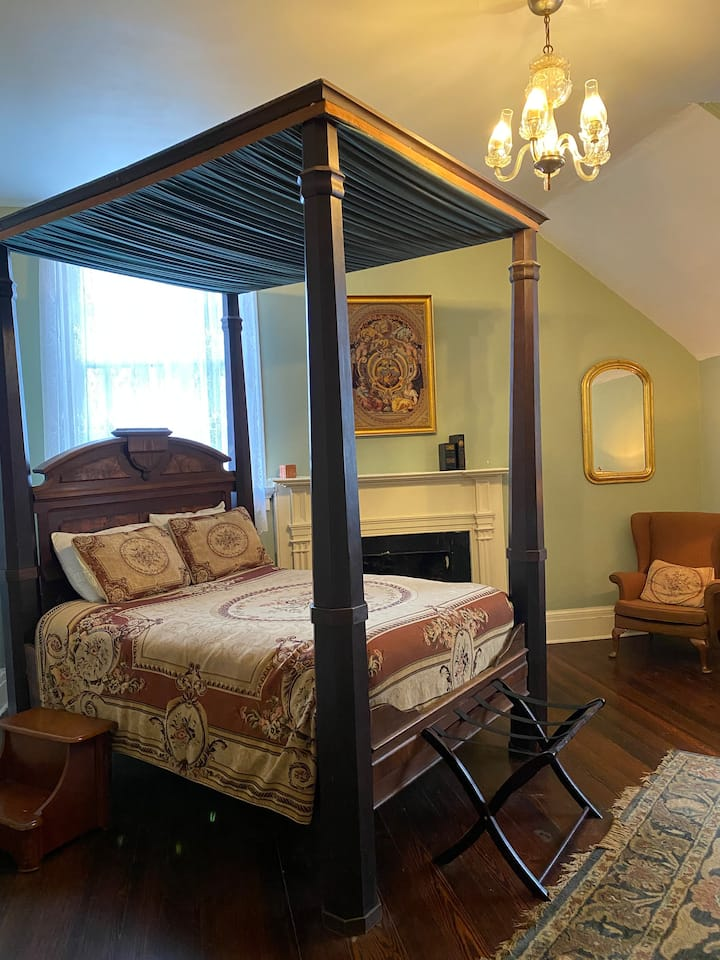 The Ruffin Stirling Room at Myrtles Plantation