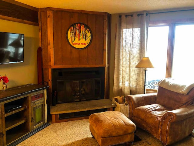 Cozy  2 bed/2 bath with hot tub and shuttle access