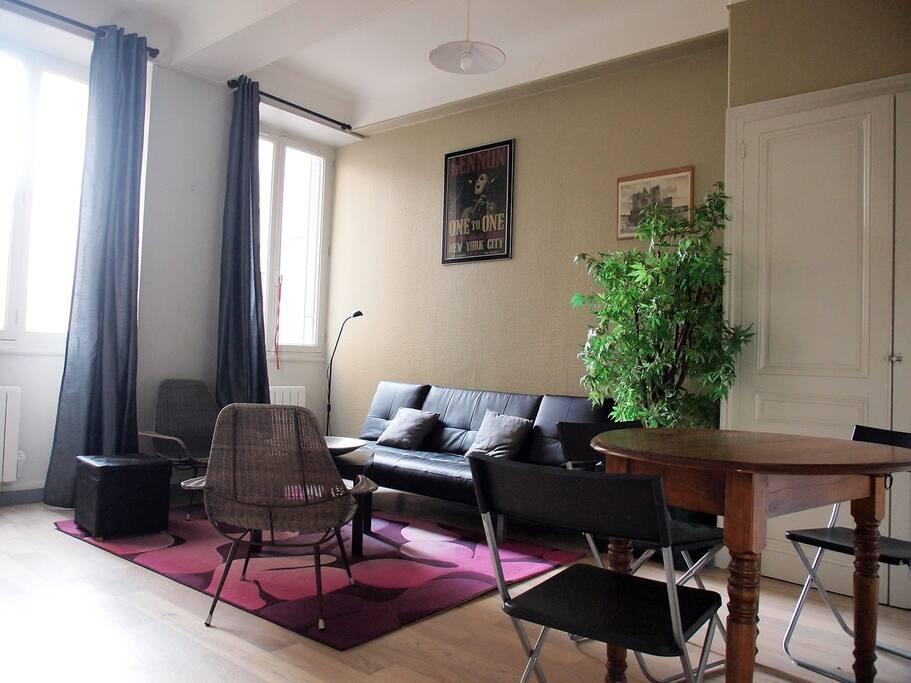 salon lumineux avec canapé convertible