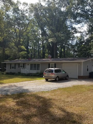 Cozy, Quiet and Convenient Ranch Home near Duke - Durham - House