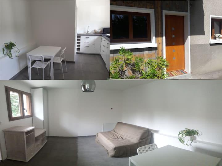 Studio indépendant neuf dans maison