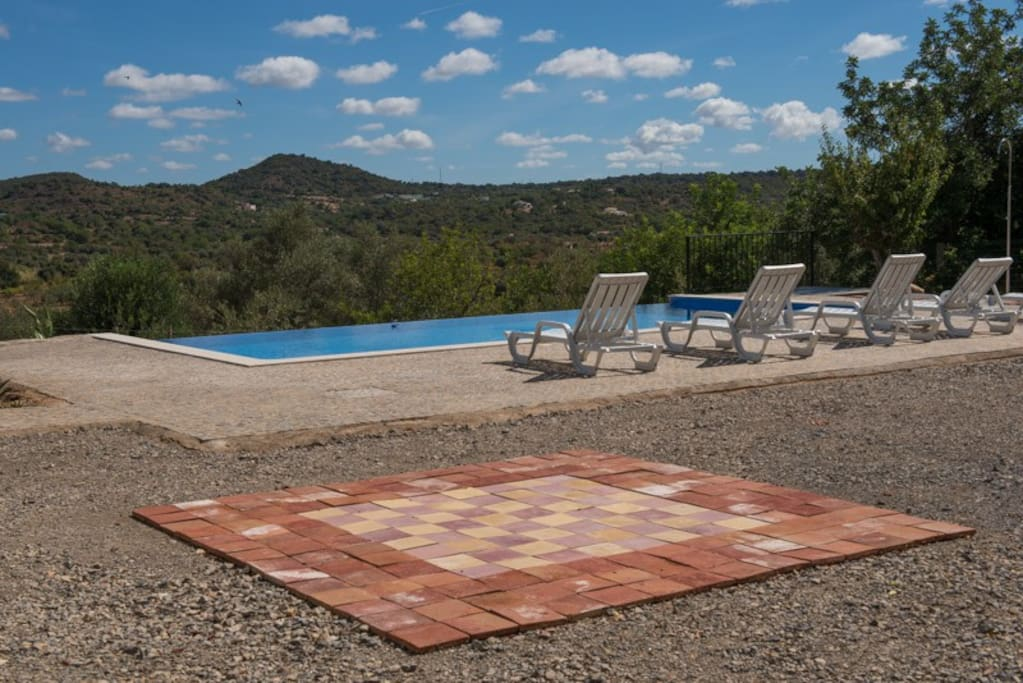 Vista piscina exterior.