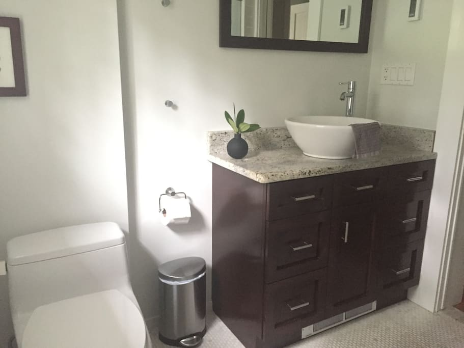 """Exclusive full bathroom """"The towels are thick and plush, the tiny details attended to"""" ***** Pamela Dec 2016"""