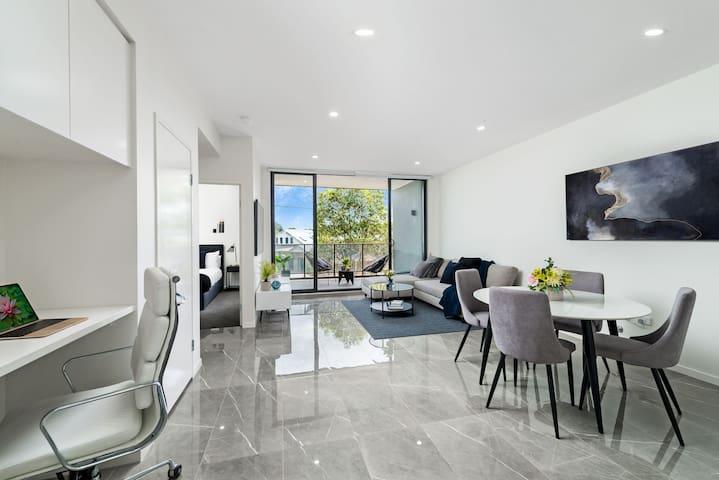 Luxurious upscale apartment near uni