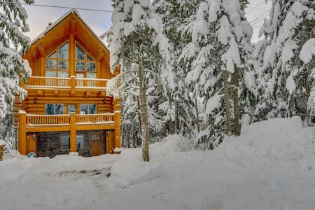 Dog-friendly lodge with two large decks - close to lake and skiing!