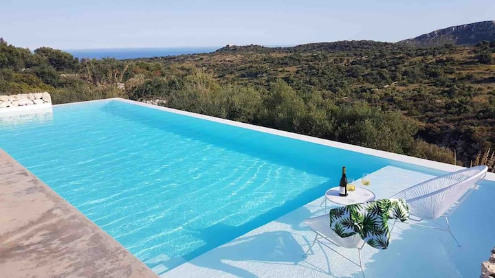 Architecturally designed Villa with infinity pool