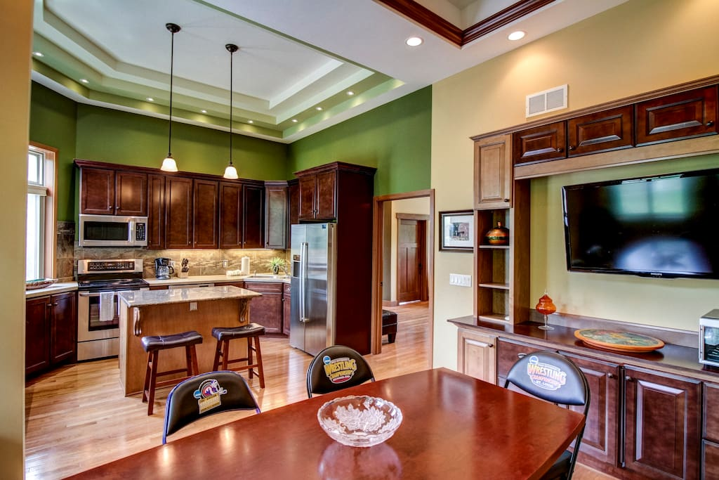 Dining Room/ Kitchen Combo. Great for Large gatherings.