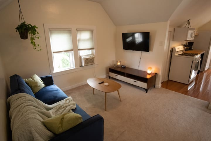 Cozy Upper Apartment Near Downtown MKE & Airport
