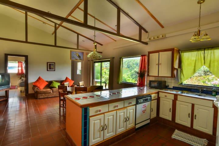 Rainbow Valley Family House. - Monteverde - Casa