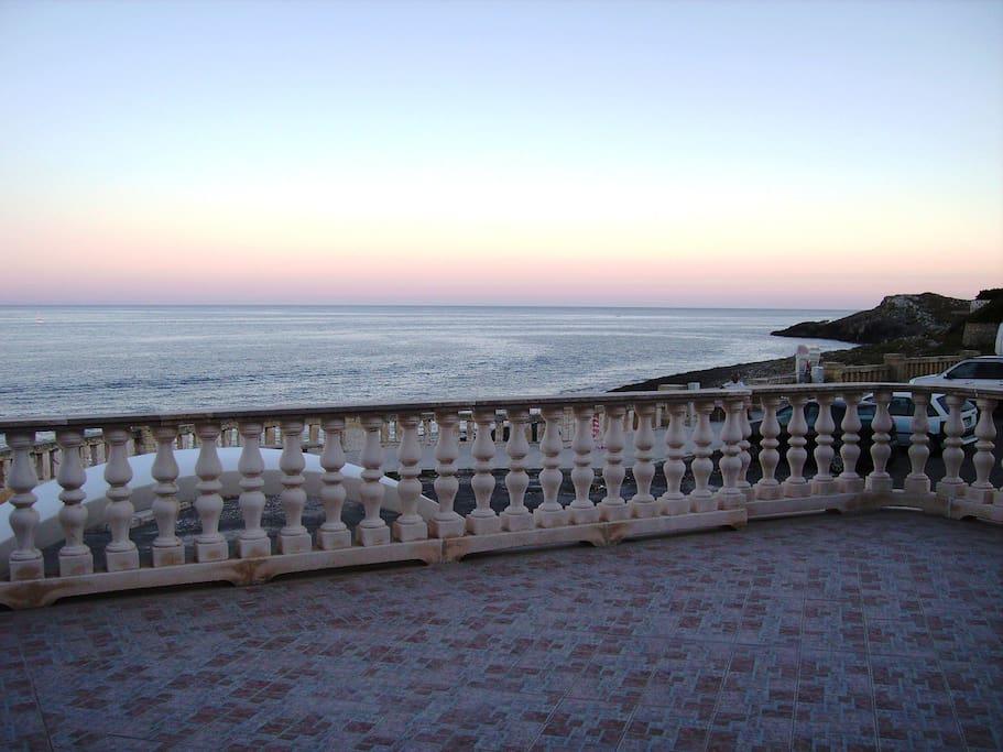 Terrazzo fronte mare sul quale viene servita la colazione
