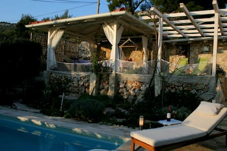 Villa with 2 apt & pool,30m from beach,calm island - Kaprije - Wohnung