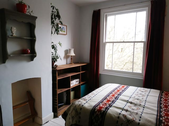 Rustic, light and spacious double room in Easton