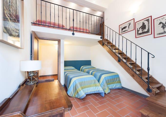 studio/double bedroom with  intermediate floor