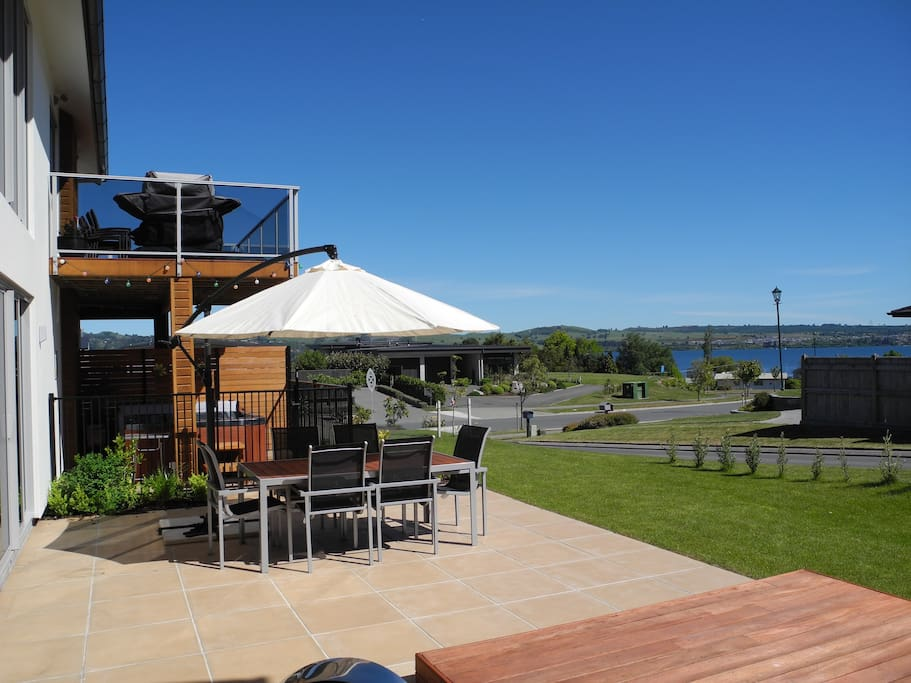 North Facing Deck, relax in the outdoor area or Spa. An easy stroll down the footpath to Lake