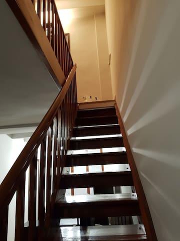 La scala per il piano superiore