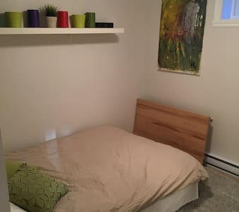 Sunny 1 bedroom bachelor in TMR - Mount Royal - Haus