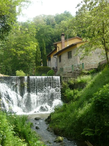 House near the river with waterfall - Buggiano - Daire