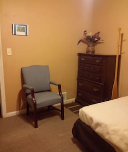 Cozy, serene BR 1 mile/Forest Glenn metro walk/bus - Silver Spring - House