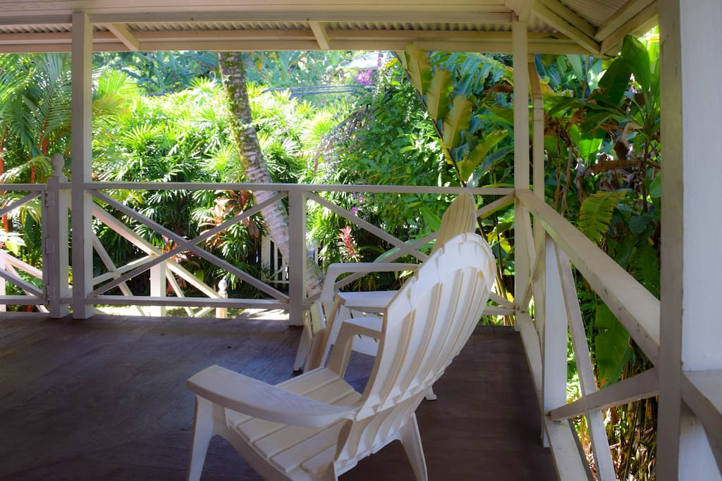 The house sits on a lushly landscaped, private lot. Enjoy the garden views from the lanai