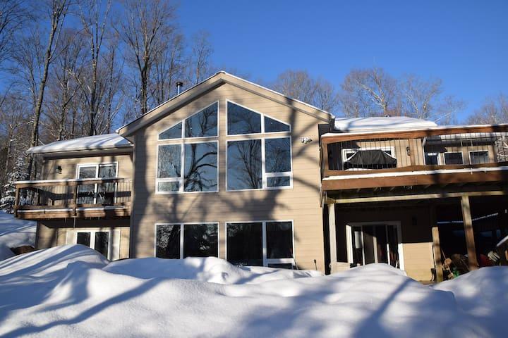 Luxury Lakeside Haliburton Cottage with Hot Tub