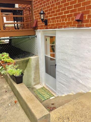 Private entrance, basement suite - Rockville - Lejlighed