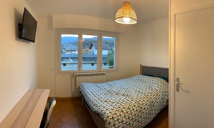 Chambre avec salle de bain privative et balcon