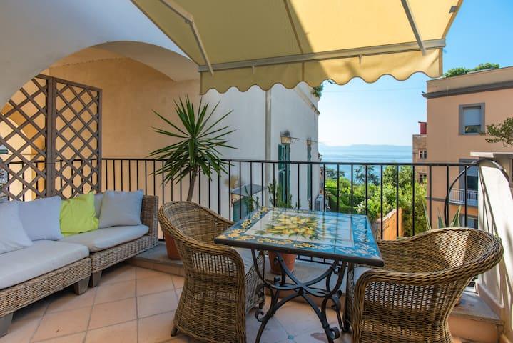Terrace connected to the bedroom with sea view Terrasse adjacente à la chambre avec vue sur mer  Terrazzino connessa alla camera da letto con vista mare