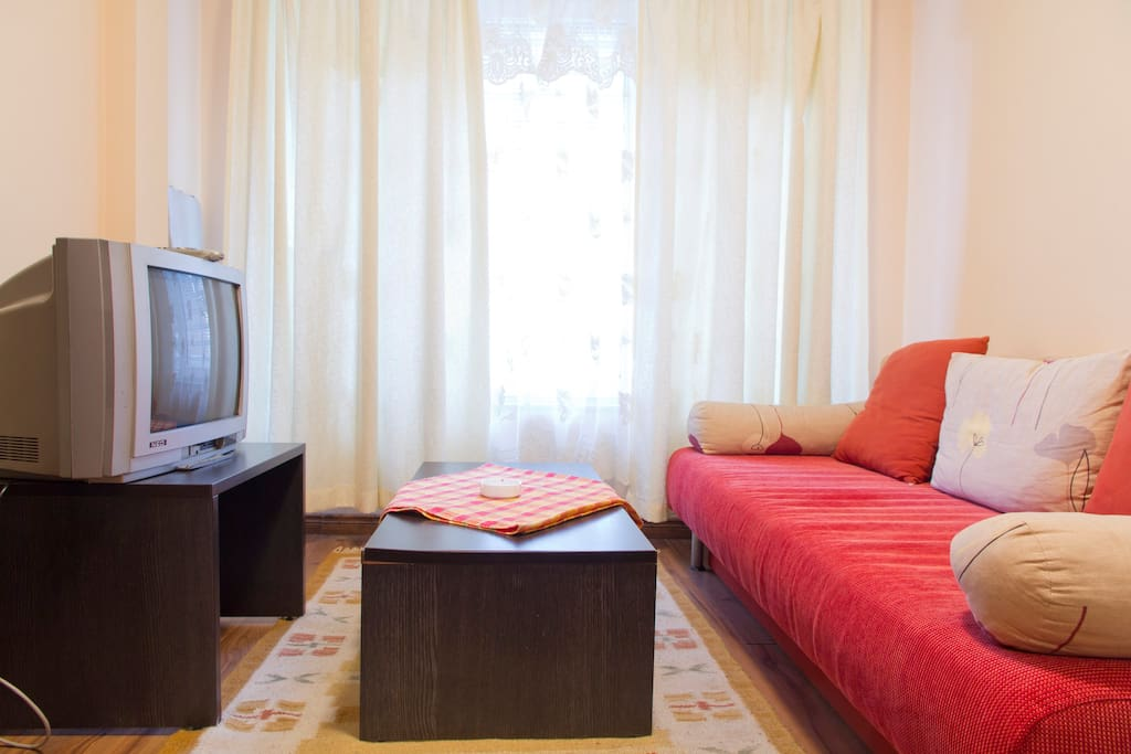 ІІ. Взгляд  на диван с телевизором