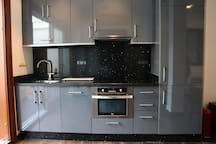 Fully equipped american kitchen (dishwasher, oven, microwave, fridge, freezer)