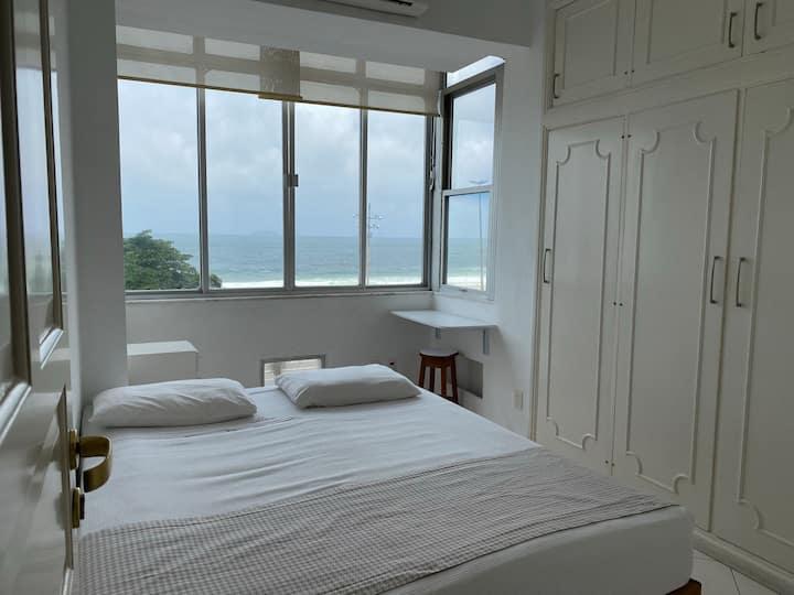 Apartamento à beira da praia de Copacabana