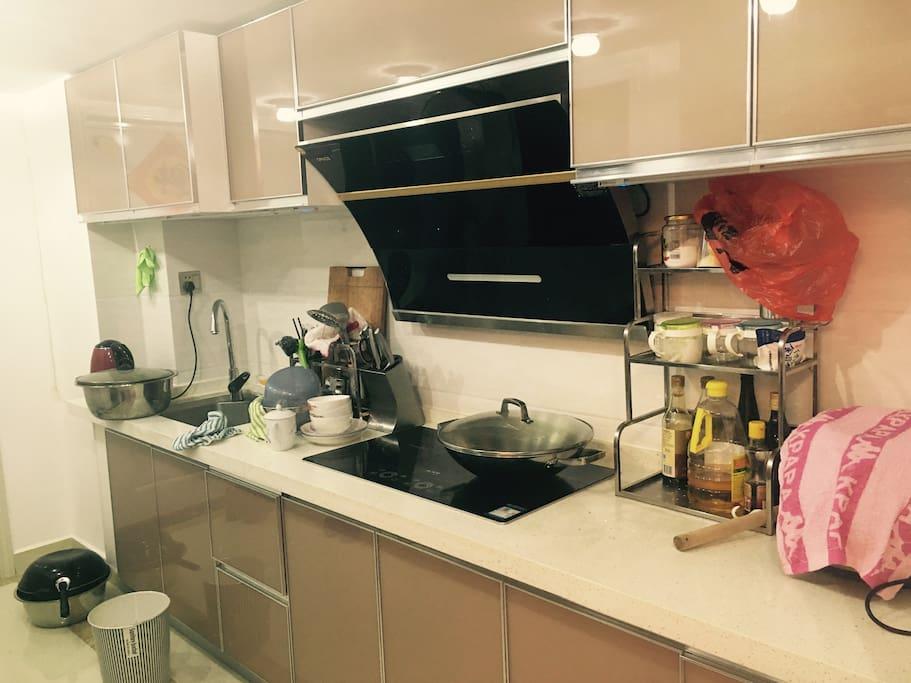 超大开放式厨房,可以自己做饭做菜,只是注意做菜时不要忘记开油烟机,不然一会儿就满屋飘香了!呵呵!