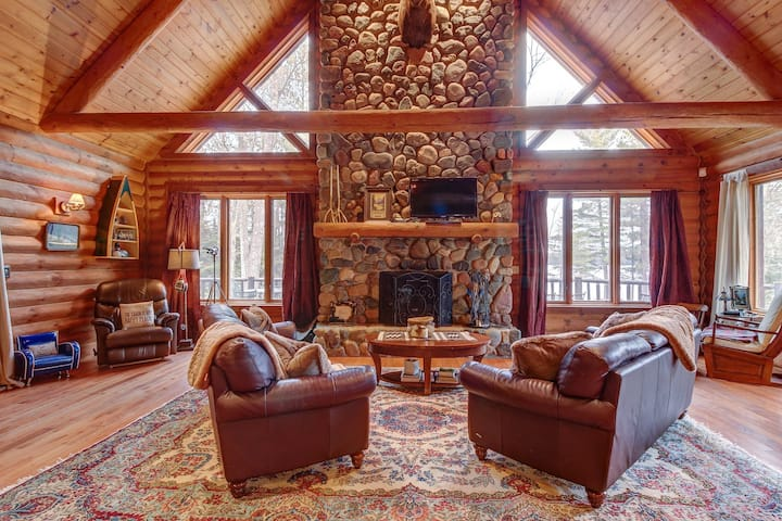 Gorgeous lakefront lodge w/dock, deck, game room & firepit