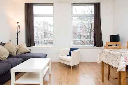 Almost next to Central Station and located in the lively shopping street West-Kruiskade. The apartment has a big living room with an open kitchen, a cozy bedroom and a bath room. It is fully equipped: towels, bed linen, superfast WiFi, led TV.
