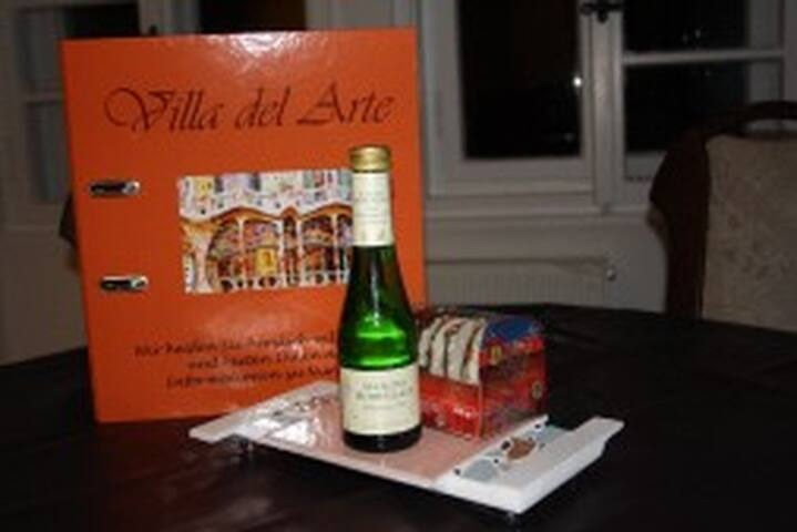 Wir begrüßen Sie mit Piccolo, Lebkuchen, Wasser und Bier